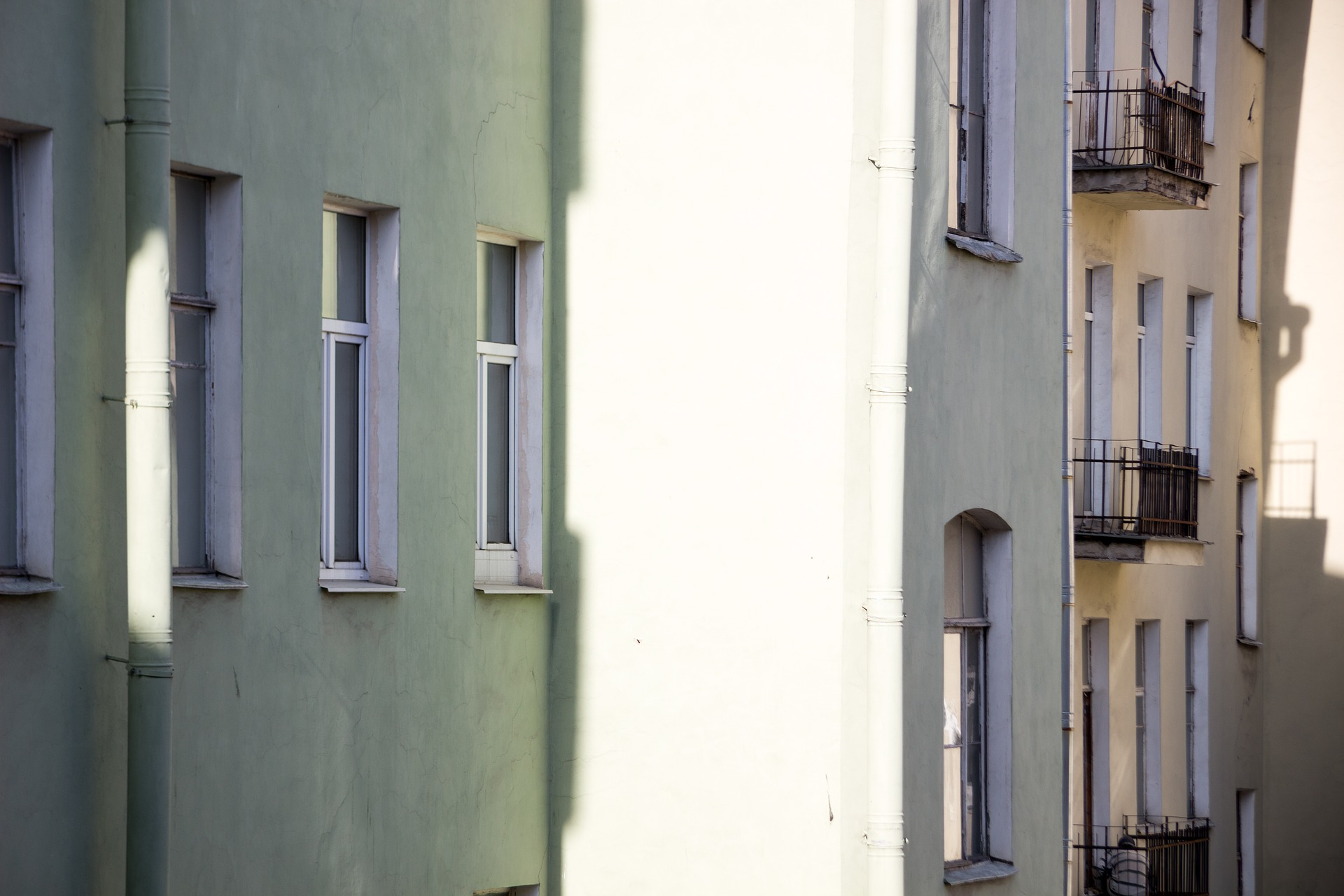 Bostadshus med putsade väggar