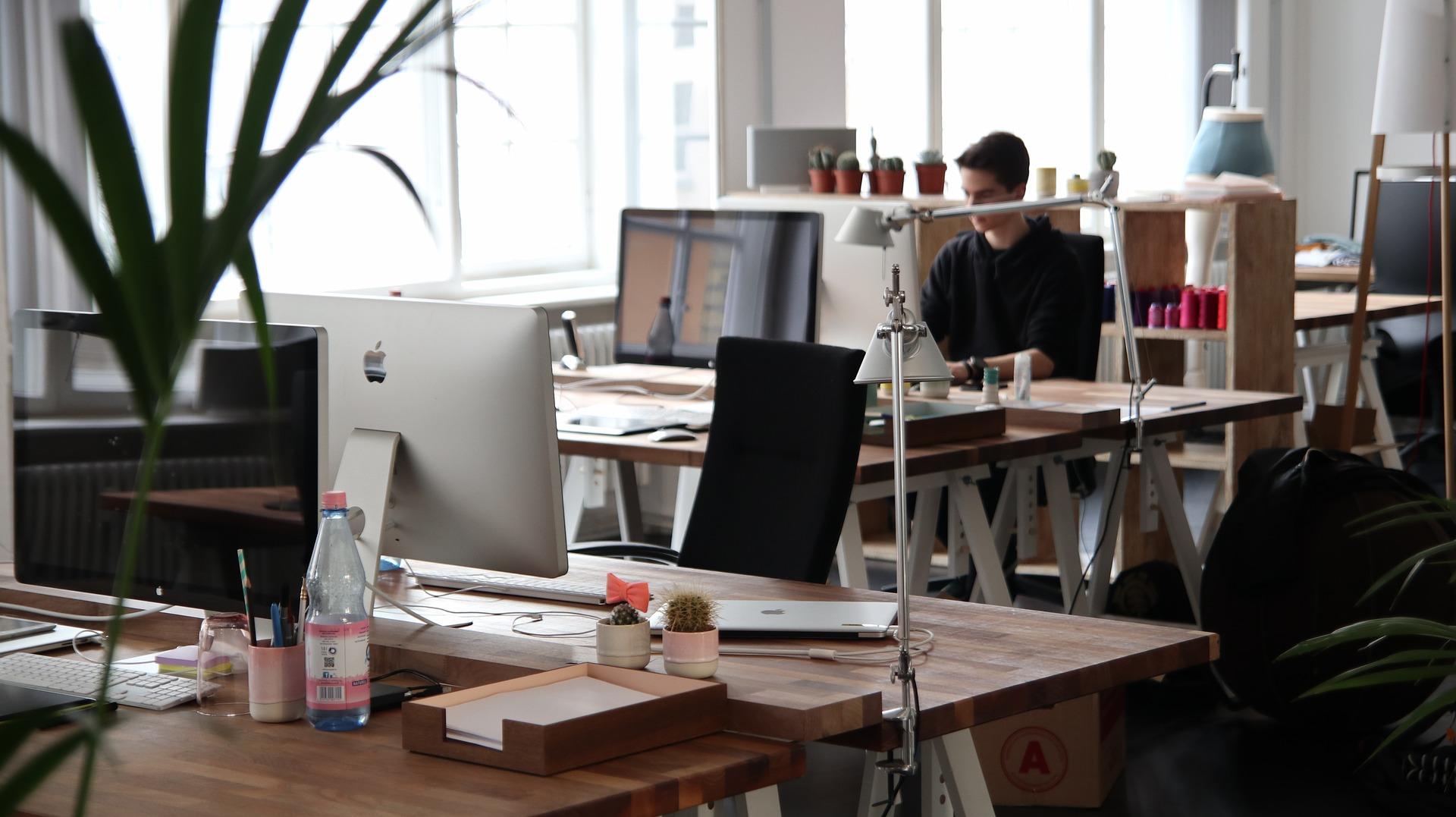 Arbetsplats i öppet kontorslandskap inför företagsflytt