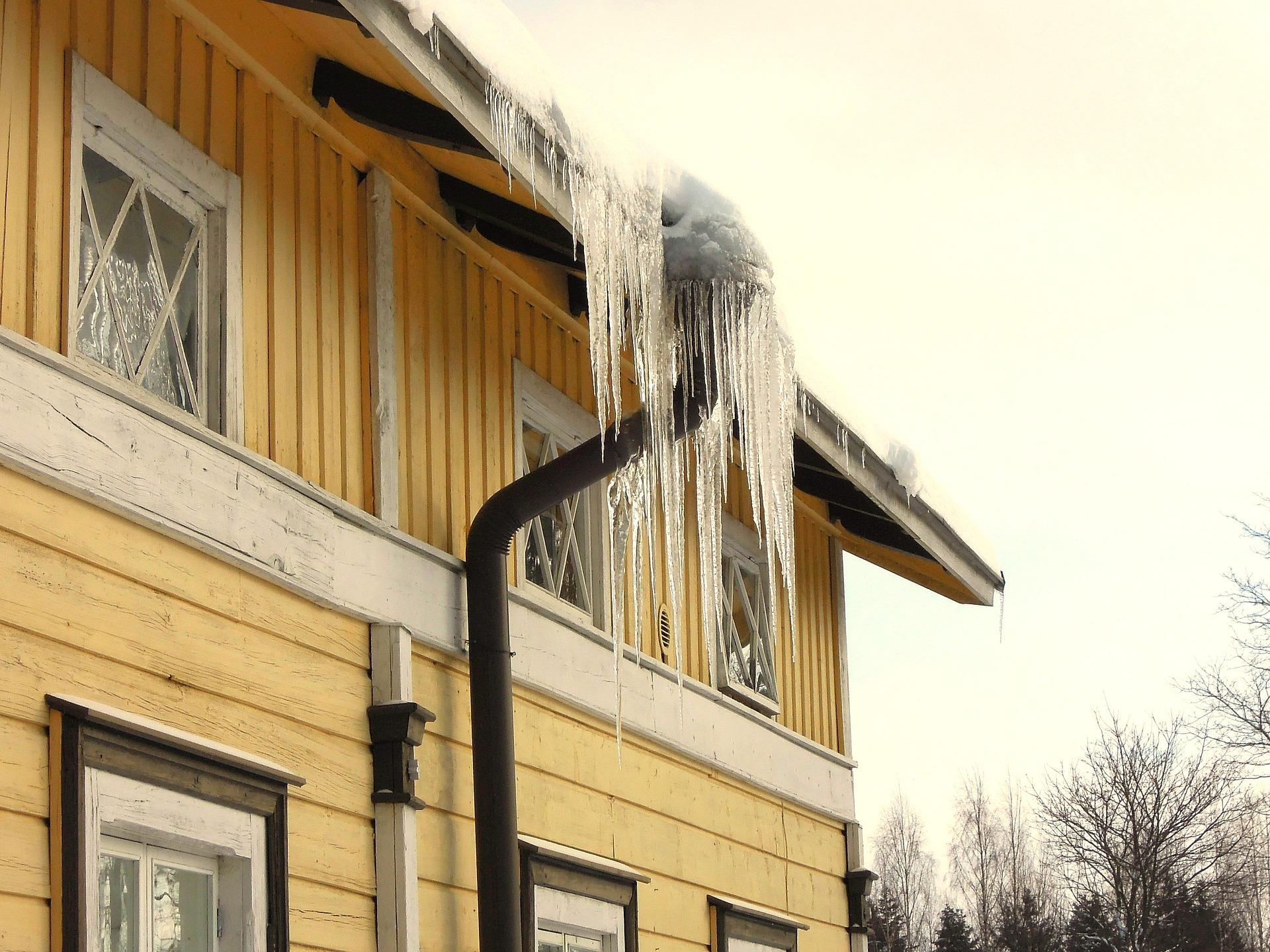 Du behöver inte bara anlita hjälp för snöröjning och borttagning av is på  tak. De kan också hjälpa till med att sanda eller salta på gator och vägar. f5c99c36685e9