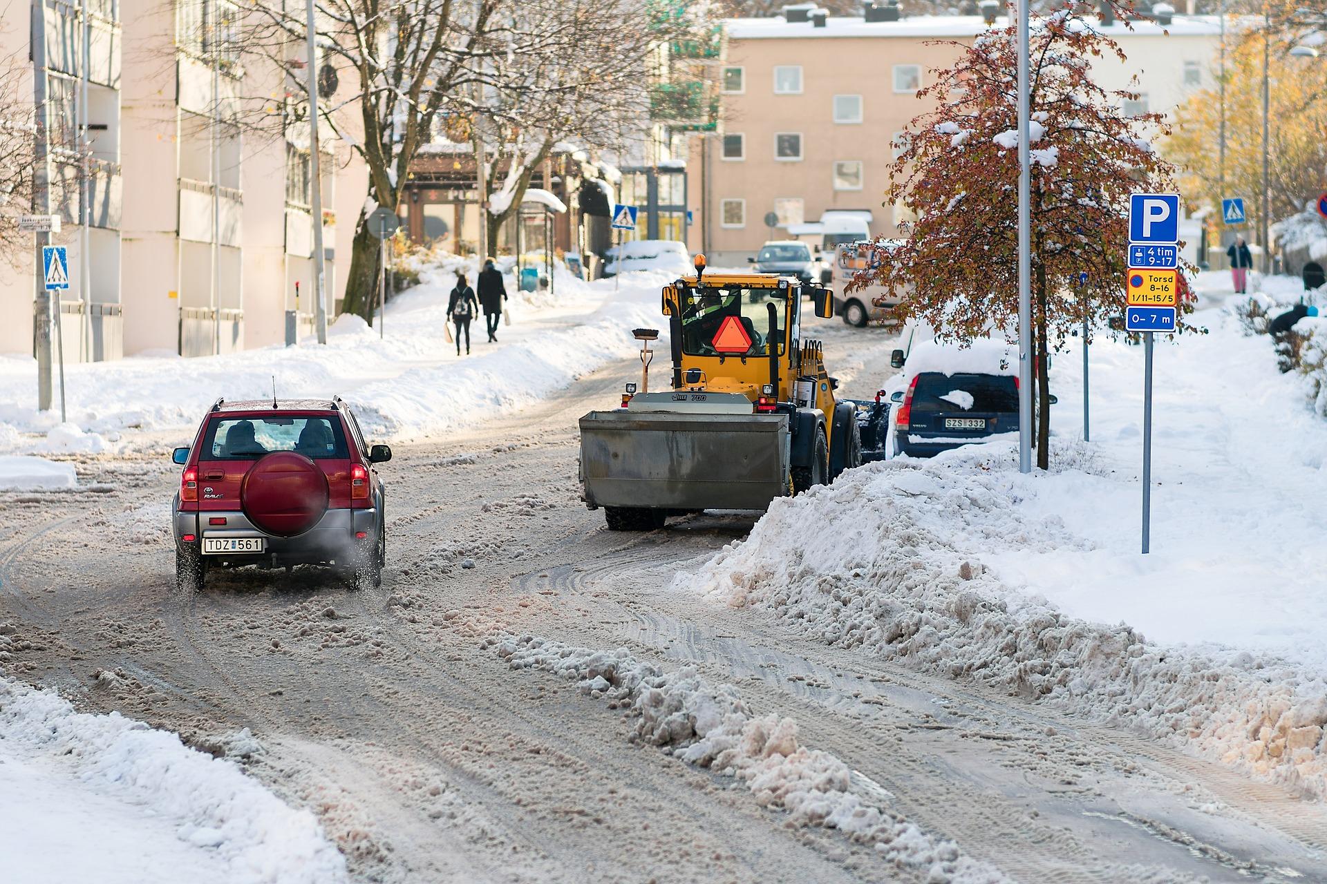 Snöskottning på gata i Stockholm
