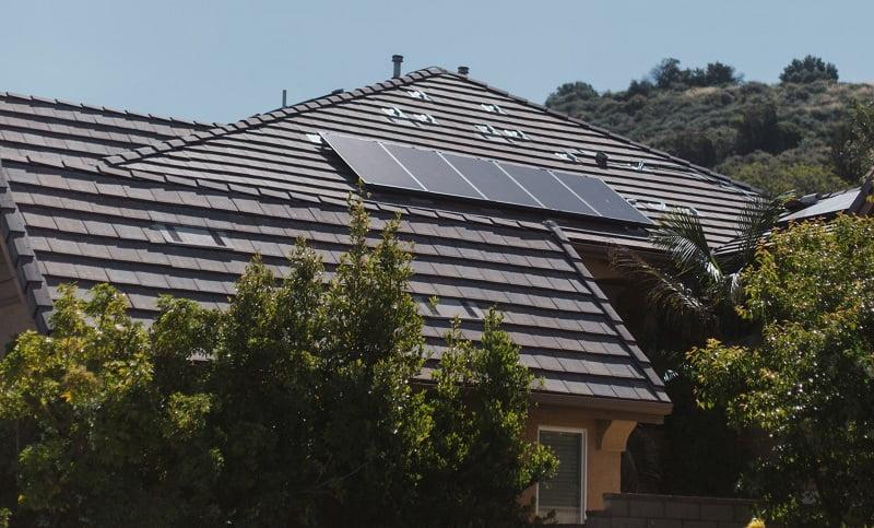 solceller som är monterade på tak