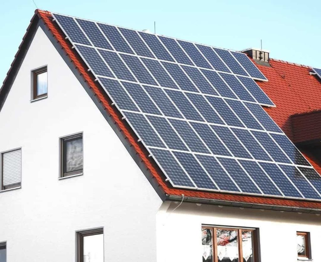 En villa med solceller på taket.