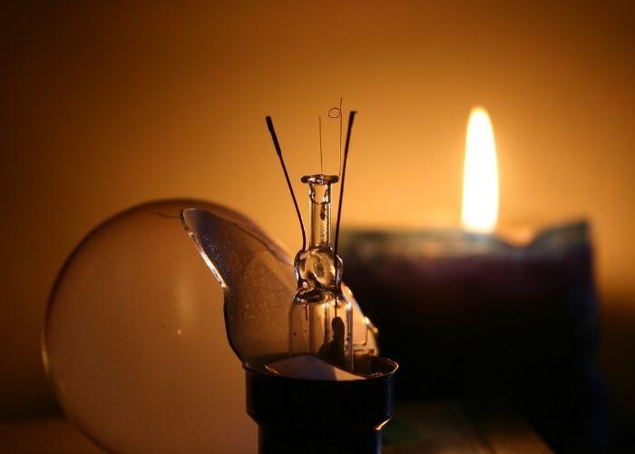 Glödlampa har gått sönder. Ett stearinljus får agera stand-in.